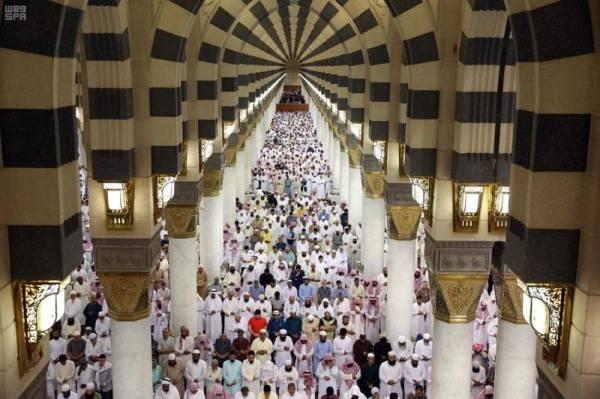 جموع المصلين يؤدون صلاتي التراويح والقيام بالمسجد النبوي في ليلة 27 من رمضان