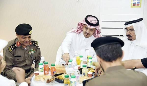 محافظ بلجرشي يشارك رجال الأمن وجبة الإفطار.