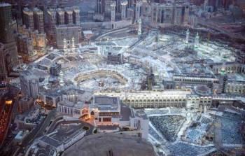 زوار ومعتمرون أدوا صلاة العشاء والتراويح وختم القرآن بالمسجد الحرام أمس وسط خدمات متكاملة.