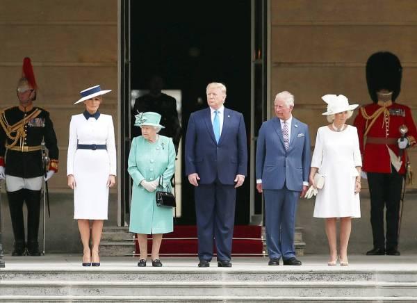 ملكة بريطانيا إليزابيث الثانية تستقبل الرئيس ترمب في قصر باكنغهام بلندن أمس.(رويترز)