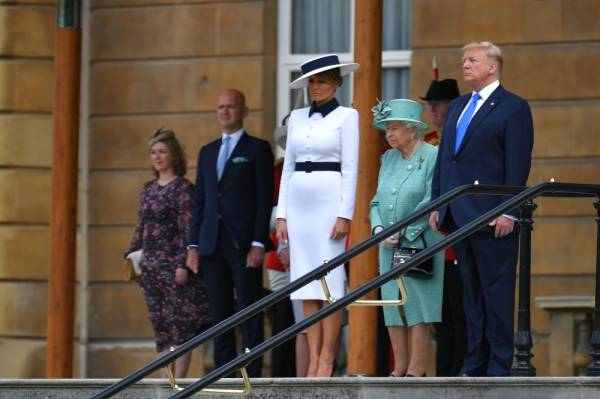 (L-R) US First Lady Melania Trump, Britain's Queen Elizabeth II and US President Donald Trump take part in a welcome ceremony at Buckingham Palace in central London on June 3, 2019, on the first day of their three-day State Visit to the UK. Britain rolled out the red carpet for US President Donald Trump on June 3 as he arrived in Britain for a state visit already overshadowed by his outspoken remarks on Brexit. / AFP / MANDEL NGAN