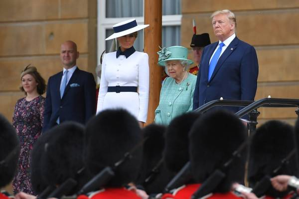 (L-R) US First Lady Melania Trump, Britain's Queen Elizabeth II and US President Donald Trump watch an honour guard during a welcome ceremony at Buckingham Palace in central London on June 3, 2019, on the first day of their three-day State Visit to the UK. Britain rolled out the red carpet for US President Donald Trump on June 3 as he arrived in Britain for a state visit already overshadowed by his outspoken remarks on Brexit. / AFP / MANDEL NGAN