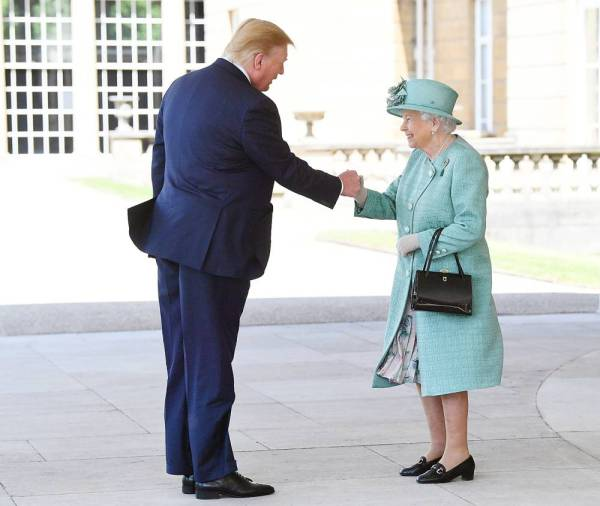 Britain's Queen Elizabeth II greets U.S. President Donald Trump as he arrives for the Ceremonial Welcome at Buckingham Palace, in London, Britain June 3, 2019. Victoria Jones/Pool via REUTERS