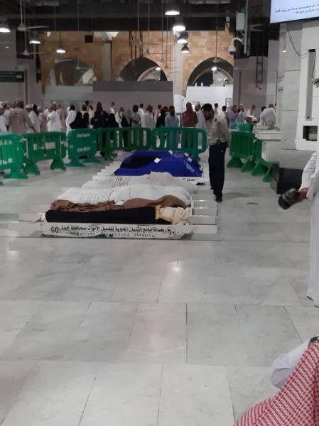 أداء الصلاة على عزيزة الشهري وأبنائها الثلاثة في المسجد الحرام.
