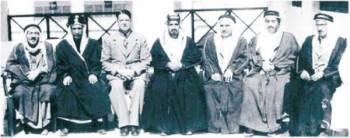 الشيخ مبارك بن حمد آل خليفة يتوسط أعضاء اللجنة الاستشارية لإذاعة البحرين الأولى سنة 1942، ومن بينهم عبدالله الزايد (الأول من اليسار)