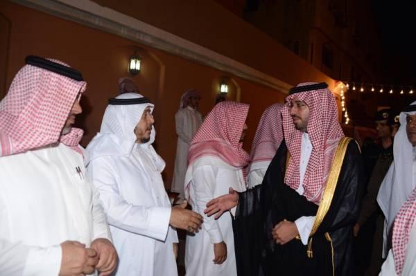 الأمير سعود بن جلوي مقدما واجب العزاء.