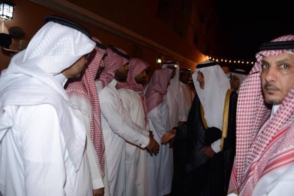 الأمير خالد الفيصل معزيا أسرة الفقيد.(تصوير: عبدالسلام السلمي)