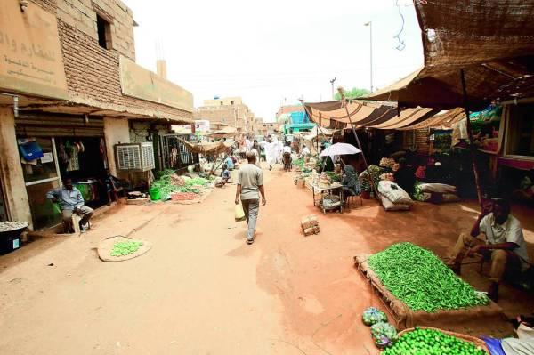سودانيون في السوق المركزي بالخرطوم حيث بقيت معظم المتاجر والشركات مغلقة في اليوم الثالث للاعتصام أمس. (أ ف ب)