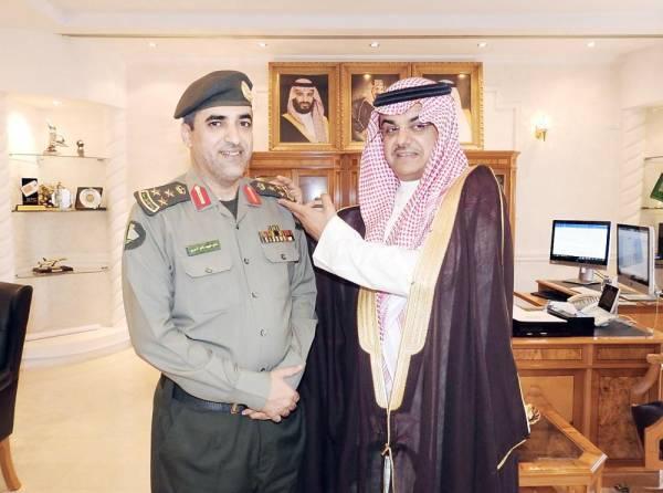 الأمير منصور بن محمد  مقلداً الحربي رتبته الجديدة.
