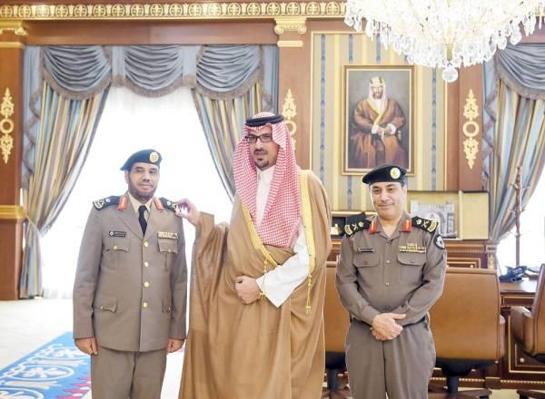 الأمير سعود بن خالد يقلد العطوي رتبة لواء.