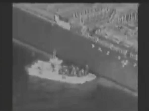 الجيش الأمريكي ينشر فيديو لقارب إيراني يزيل لغما من ناقلة يابانية
