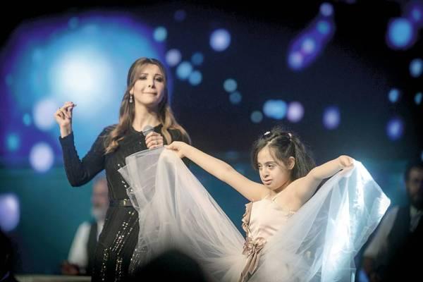 الطفلة داليا باسنان تغني وترقص مع نانسي عجرم في حفلتها الأولى بالواجهة البحرية بجدة أمس الأول. (تصوير: سامي بوقس)