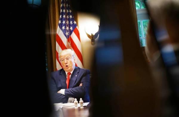 ترمب يتحدث خلال مأدبة غداء عمل مع المحافظين حول حرية القوى العاملة في قاعة مجلس الوزراء بالبيت الأبيض في واشنطن، أمس الأول (أ.ف.ب)