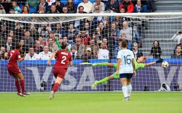 جودي تايلور أثناء تسجيل هدف إنجلترا في مرمى الأرجنتين.
