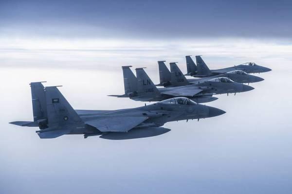 لماذا حلقت مقاتلات سعودية وأمريكية على منطقة الخليج العربي؟