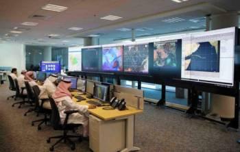 أخصائيو الظواهر الجوية في الأرصاد يتابعون مستجدات الطقس.