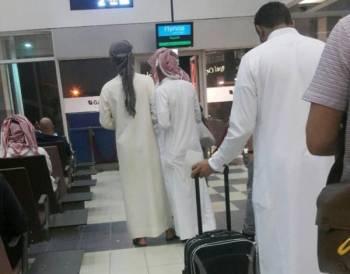 طوابير المسافرين في مطار أبها. (تصوير: محمد الكادومي)