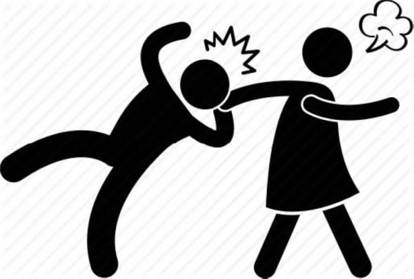 فتيات تحرشن برجل أمام زوجته فأشبعتهن ضرباً
