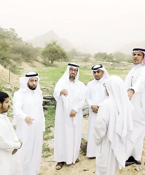 الفلقي وأعضاء اللجنة أثناء وقوفهم على الطريق.