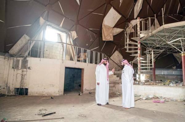 الأمير بدر بن فرحان أثناء زيارته مبنى «جدة دوم» أمس. (عكاظ)