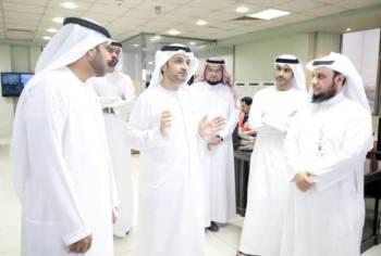 الوفد الإماراتي يستمع إلى شرح عن عمل الهلال الأحمر.