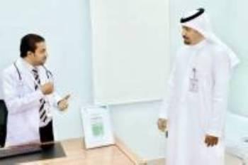مدير صحة بيشة مع أحد الأطباء