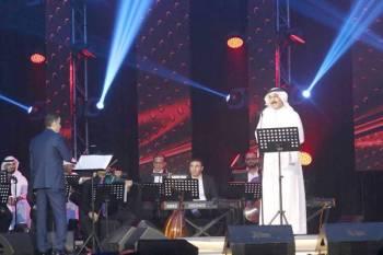 الرويشد مؤدياً وصلته الغنائية على المسرح.