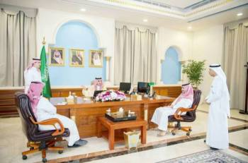 الأمير فيصل بن نواف يستمع لشرح عن منصة اعتماد الإلكترونية.