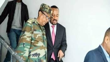 رئيس الوزراء الإثيوبي آبي أحمد برفقة رئيس الأركان المقتول. (أرشيفية)