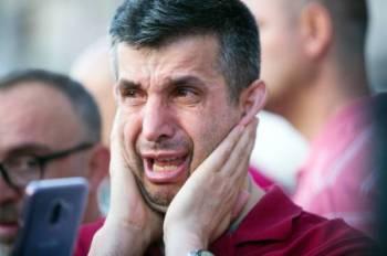 أحد أنصار حزب أردوغان يذرف الدمع بعد الهزيمة المذلة بخسارة إسطنبول أمس الأول. (أ.ف.ب)
