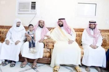 الأمير محمد بن عبدالعزيز في منزل أسرة الشهيد فارس. (عكاظ)