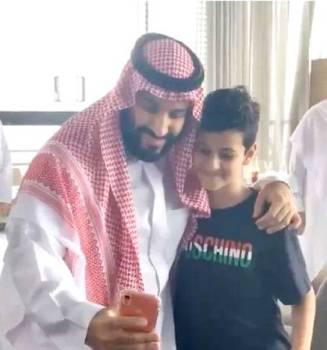 لقطة من فيديو للطفل مع ولي العهد.
