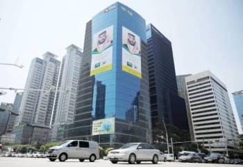 صور ولي العهد تزين واجهات المباني في العاصمة الكورية.  (رويترز)