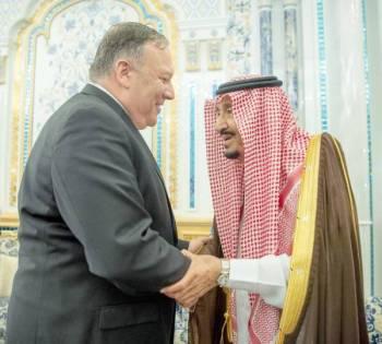 الملك سلمان بن عبدالعزيز مصافحاً وزير خارجية الولايات المتحدة الأمريكية.