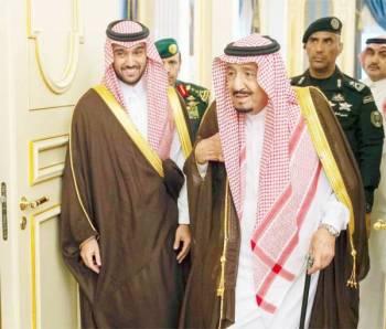 الملك سلمان أثناء استقباله لرئيس مجلس إدارة الهيئة العامة للرياضة الأمير عبدالعزيز بن تركي الفيصل وعدداً الشخصيات الرياضية.