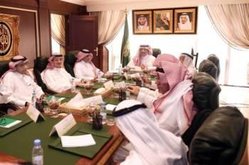 تركي الشبانة مجتمعا برؤساء مجالس إدارات الصحف السعودية أمس الأول.