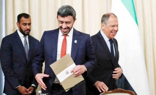 وزيرا خارجية الإمارات وروسيا خلال لقائهما في موسكو أمس. (رويترز)