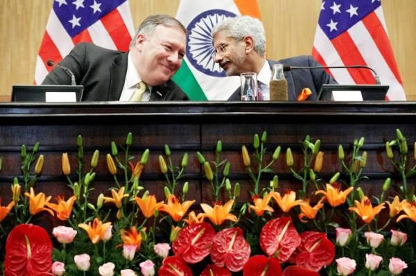 بومبيو ونظيره الهندي جايشانكار خلال مؤتمر صحفي في نيودلهي أمس. (رويترز)