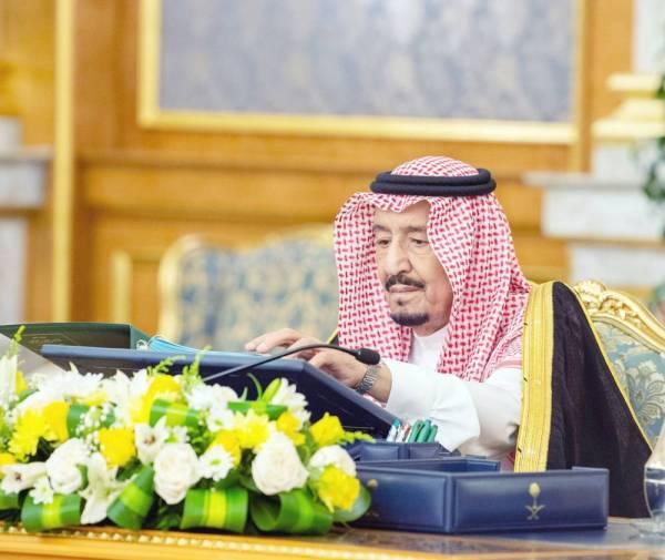 الملك سلمان خلال ترؤسه جلسة مجلس الوزراء أمس.
