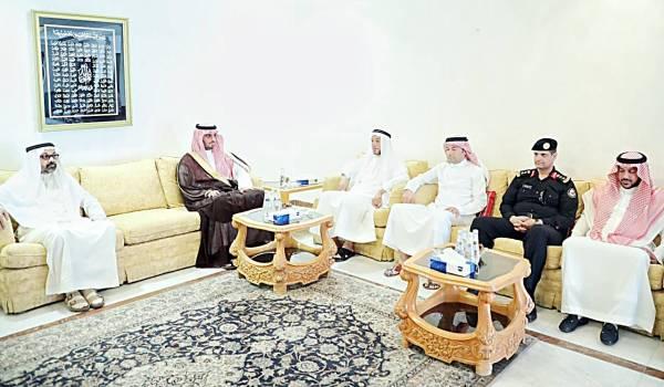 الأمير سعود بن جلوي مقدماً التعازي أمس.