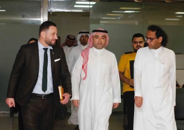 السفير النيوزلندي يزور «عكاظ» و«سعودي جازيت»