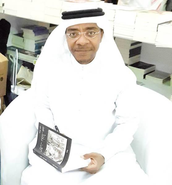 عبدالله الطيب متصفحا كتابه الجديد.