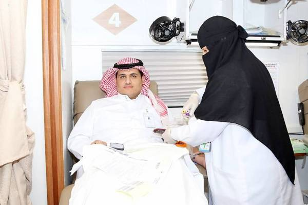 أحد المشاركين في حملة التبرع بالدم.