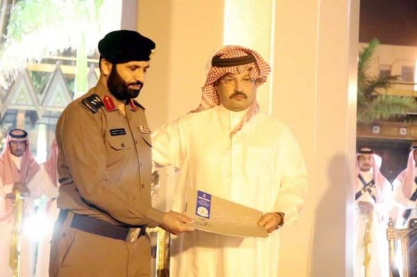 الأمير تركي بن طلال مكرماً أحد الضباط.