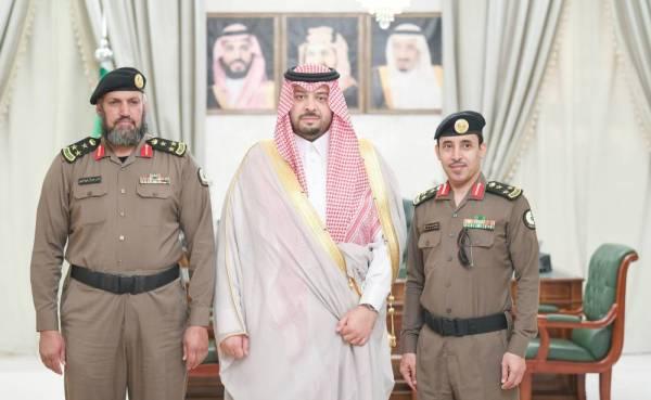 الأمير فيصل بن خالد متوسطا العتيبي والعنزي عقب تقلده رتبته الجديدة.