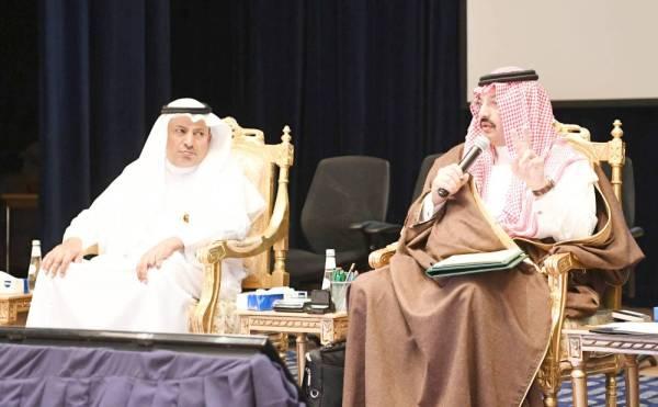 أمير عسير يلقي كلمته في لقاء رواد الأعمال.