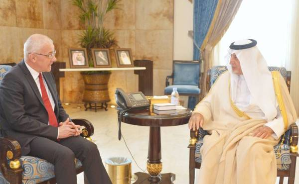 الأمير خالد الفيصل أثناء استقباله لكوديلكا.