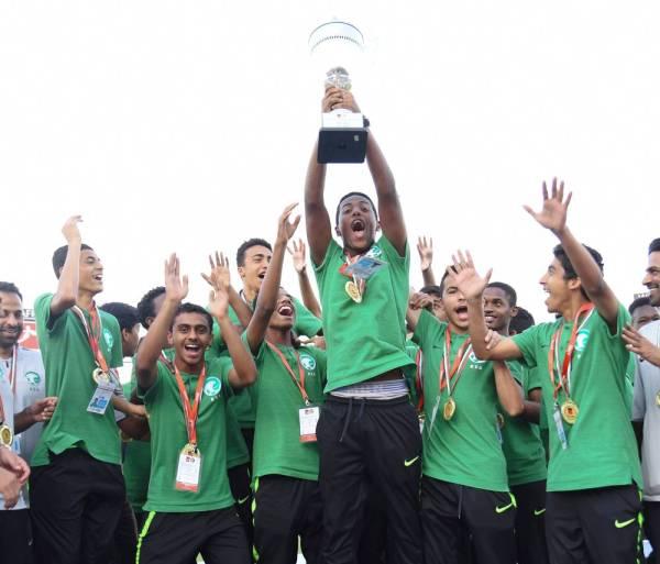 فرحة سعودية بكأس بطولة اتحاد غرب آسيا للناشئين.