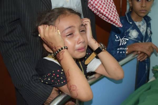 طفلة تبكي شقيقها الذي قتل في قصف حوثي على منزلهما في تعز.