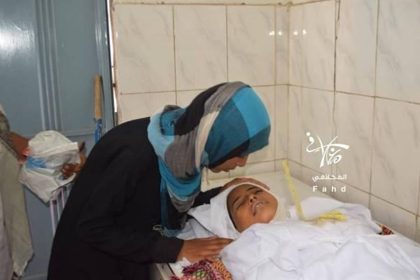 امرأة يمنية تودع طفلها الذي قنصته المليشيا الحوثية في تعز.